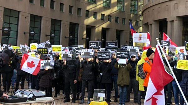 2019年11月2日,挺香港「112求援國際、堅守自治」大型公眾集會,在溫哥華公眾圖書館北翼廣場舉行。(王昱莎/大紀元)