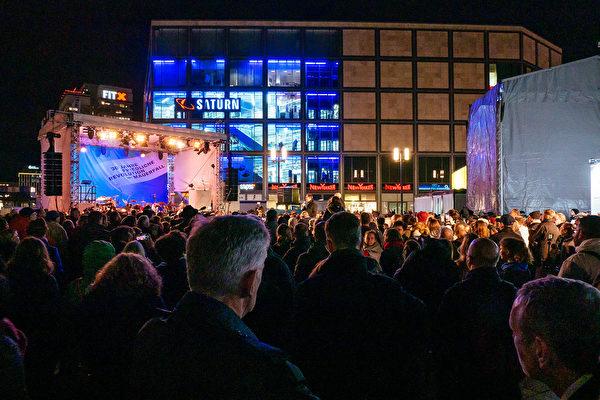 11月4日晚,柏林市長穆勒(Michael Muller)在亞歷山大廣場宣佈,為期7天的慶祝柏林牆被推倒30周年的系列活動正式開始。 (張清颻/大紀元)