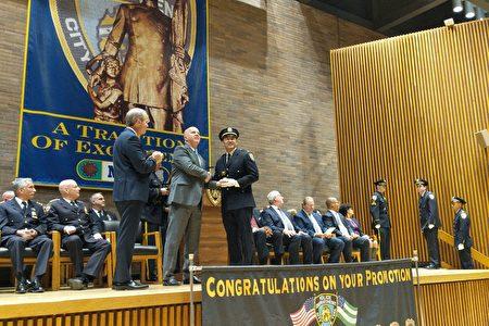 卢晓士接受警局局长欧尼尔的表彰,晋升至副督察。