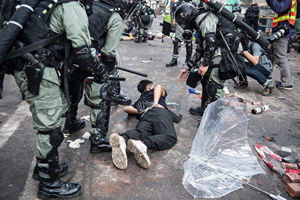 2019年11月18日,港警瘋狂捉人。(Laurel Chor/Getty Images)