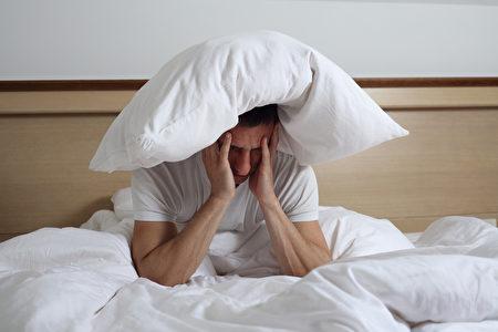 睡眠障礙。 圖為失眠的男人。(fotolia)