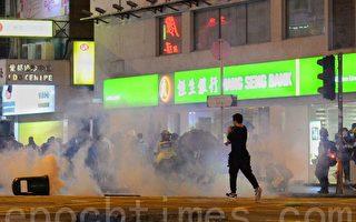 组图:港人10.31太子站静坐 遭警射催泪弹