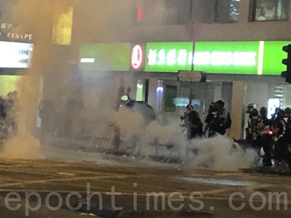 2019年10月31日,香港市民在太子站舉行831恐襲兩個月靜坐活動。防暴警察在彌敦道驅趕悼念人士又發放催淚彈。(余天祐/大紀元)