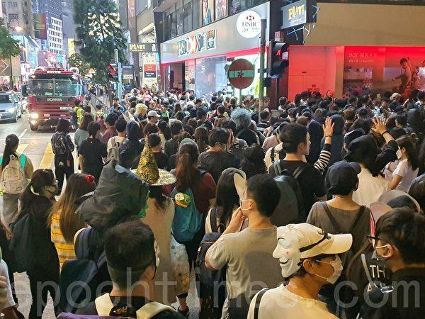 2019年10月31日晚是港府「禁蒙面」惡法實施以來首個萬聖節,香港民眾當晚在中環蘭桂坊發起戴面具行動。(孫明國/大紀元)