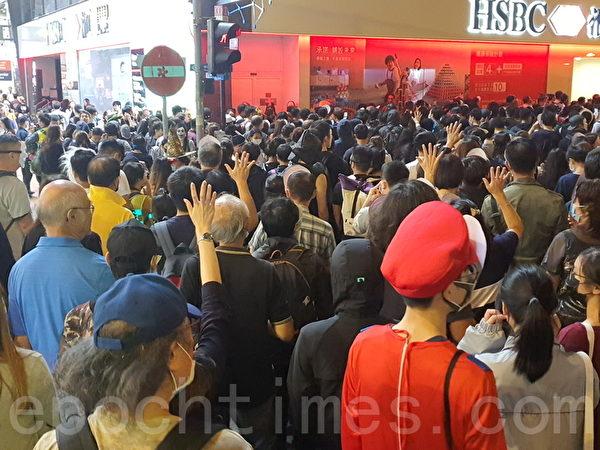 2019年10月31日晚是港府「禁蒙面」惡法實施以來首個萬聖節,香港民眾在中環蘭桂坊發起戴面具行動。(孫明國/大紀元)