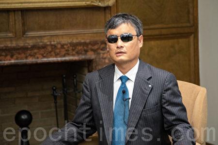 陳光誠鼓勵港人堅持抗爭,他認為世界局勢和中國國內的情況都有利於香港人。(林樂予/大紀元)