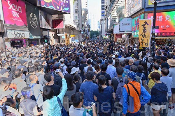 11月2日,香港民眾在維園參加128名民主派候選人在維園聚會。圖為民眾聚集在銅鑼灣SOGO百貨旁。(宋碧龍/大紀元)