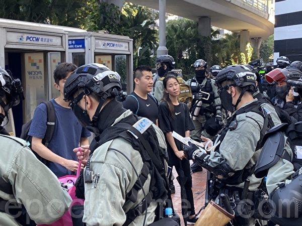 11月2日,香港民眾在銅鑼灣SOGO百貨旁。(文瀚林/大紀元)