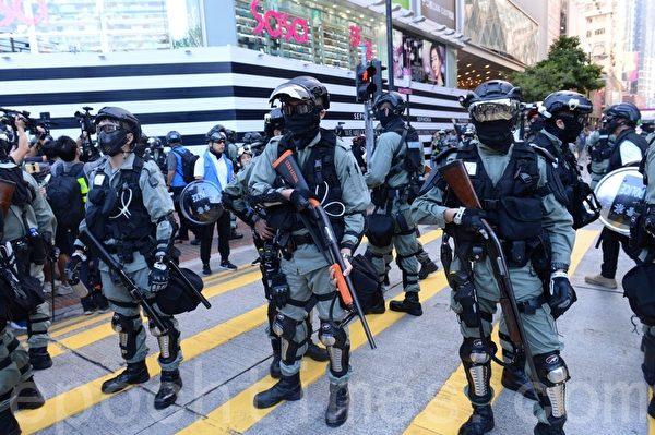 11月2日,香港銅鑼灣有大批警察。(宋碧龍/大紀元)