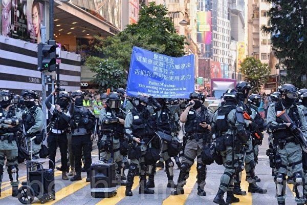 11月2日,香港銅鑼灣警方亮藍旗。(宋碧龍/大紀元)