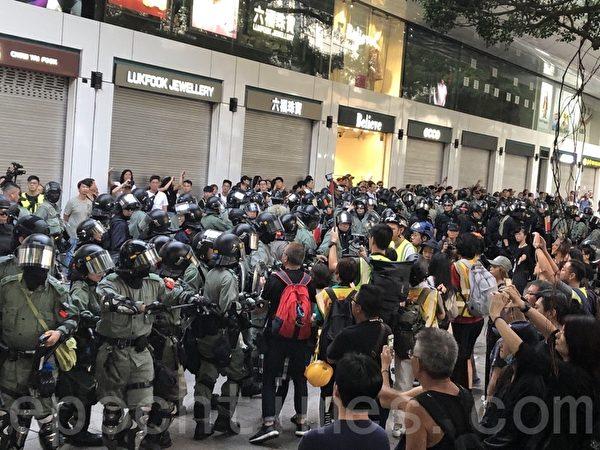 2019年11月2日,香港民眾參加在尖沙咀柏麗大道舉行的「人權民主和你Sing」活動。(余天祐/大紀元)