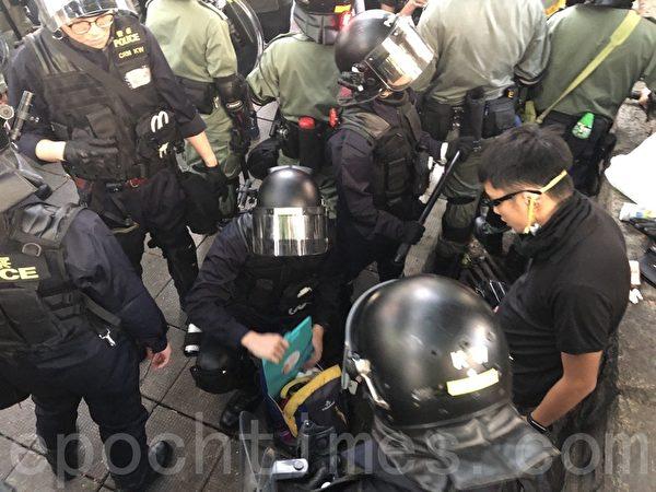 2019年11月2日,香港民眾參加「人權民主和你Sing」活動。圖為警察對一名男子搜身。(余天祐/大紀元)