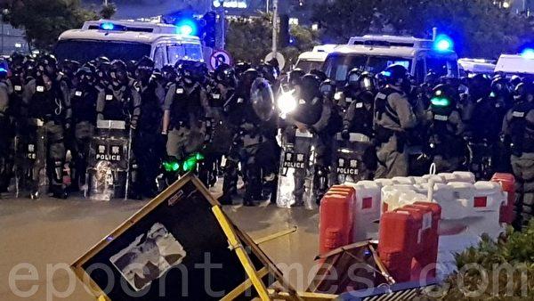 2019年11月2日,香港舉行「人權民主和你Sing」活動。圖為在金鐘大批警力戒備中。(駱亞/大紀元)