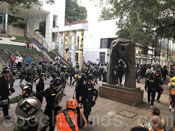 11月2日,香港民間在維園舉行「112求援國際 堅守自治」大集會。警方正在驅散民眾。(余天祐/大紀元)