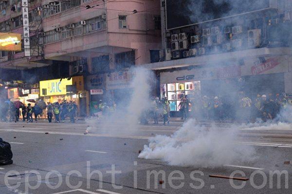 11月2日,香港民間在維園舉行「112求援國際 堅守自治」大集會。圖為警察在灣仔軒尼詩道施放催淚彈。(宋碧龍/大紀元)