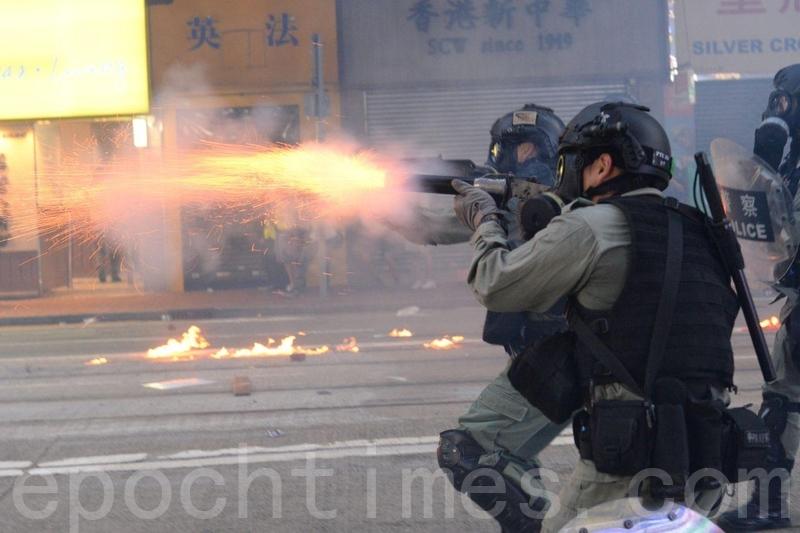 港警裝備大陸制催淚彈鎮壓學生 急救員被炸傷