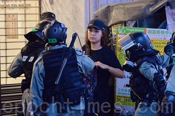 2019年11月2日,香港民間在維園舉行「112求援國際 堅守自治」大集會。有2名女子在灣仔軒尼詩道,被防暴警察搜查。(宋碧龍/大紀元)