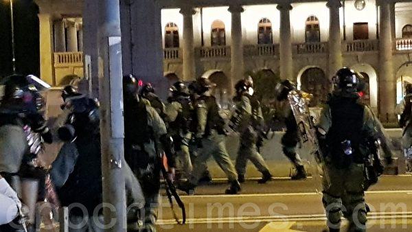 2019年11月2日,香港舉行「人權民主和你Sing」活動。圖為警方愛丁堡廣場佈置大量警力,並用催淚彈開道。(駱亞/大紀元)