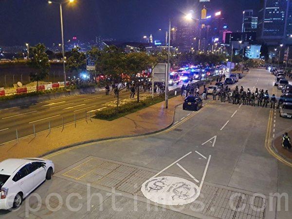 2019年11月2日,香港民間在維園舉行「112求援國際 堅守自治」大集會,警方中環愛丁堡廣場外清場。(孫明國/大紀元)