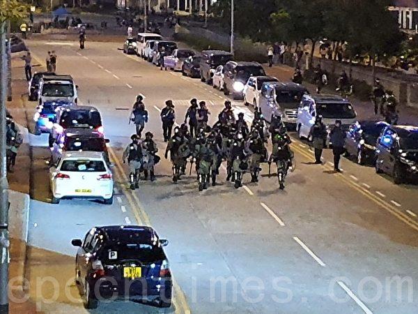 11月2日,香港民間在維園舉行「112求援國際 堅守自治」大集會,警方中環愛丁堡廣場外清場。(孫明國/大紀元)