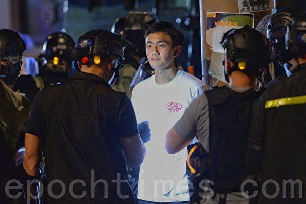 2019年11月2日,香港民間在維園舉行「112求援國際 堅守自治」大集會,銅鑼灣軒尼詩道有有兩名男子被搜查。(宋碧龍/大紀元)