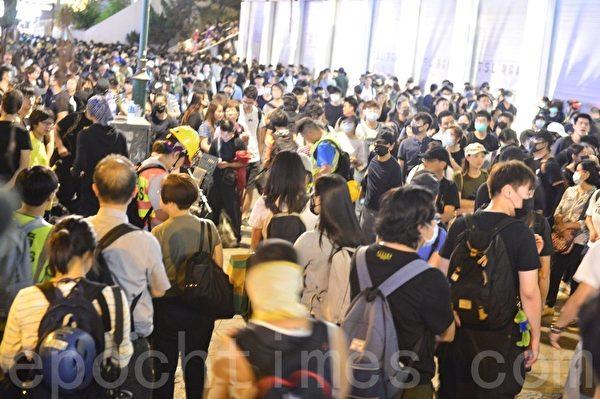 2019年11月2日,香港民眾參加「人權民主和你Sing」活動。圖為在尖沙咀開始「行街」。(余天祐/大紀元)