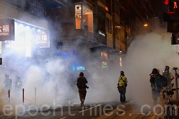 2019年11月2日,香港「人權民主和你Sing」活動。圖為防暴警察在銅鑼灣波斯富街撤走時突然放催淚彈。(宋碧龍/大紀元)