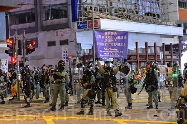 2019年11月2日,香港舉行「人權民主和你Sing」活動。圖為在銅鑼灣軒尼詩道警察舉藍旗。(宋碧龍/大紀元)