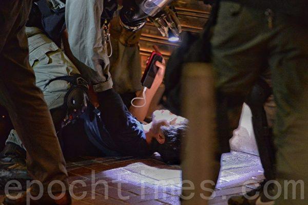 11月2日,在銅鑼灣波斯富街有一名年輕抗爭者被逮捕。(宋碧龍/大紀元)