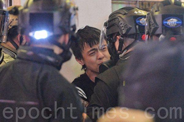 2019年11月2日,香港民眾參加「人權民主和你Sing」活動。圖為在銅鑼灣波斯富街有一年輕抗爭者被逮捕。(宋碧龍/大紀元)