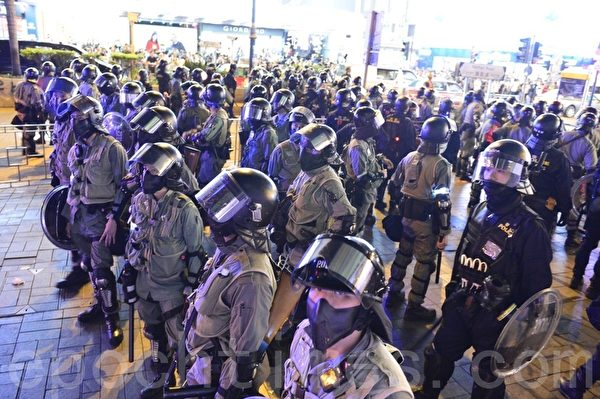 11月2日,香港「112求援國際 堅守自治」大集會。圖為在尖沙咀海防道佈滿防暴警察。(余天祐/大紀元)