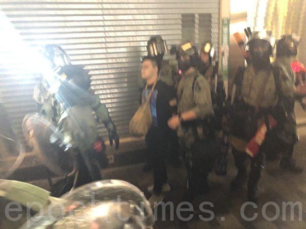 11月2日,香港「112求援國際 堅守自治」大集會。圖為香港市民懷疑警察在尖沙咀海防道無故拘捕市民。(余天祐/大紀元)