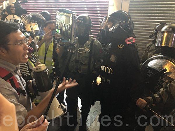 11月2日,香港「112求援國際 堅守自治」大集會。圖為香港市民懷疑警察在尖沙咀海防道無故拘捕市民,區諾軒與警察理論,遭到警察怒罵。(余天祐/大紀元)