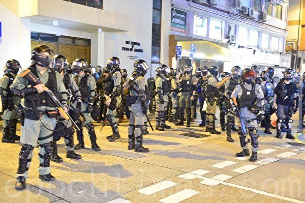 11月2日,香港「112求援國際 堅守自治」大集會。警察從尖沙咀警署衝出拘捕民眾後在山林道駐守。(余天祐/大紀元)