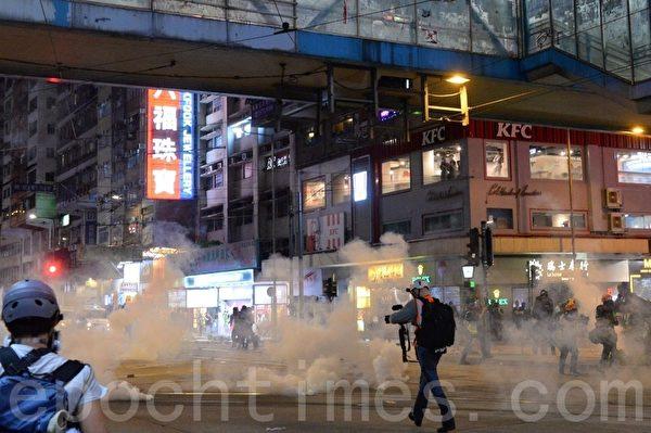 11月2日,香港「112求援國際 堅守自治」大集會。銅鑼灣防暴警察於軒尼詩道向灣仔方向推進,並發射多發催淚彈,現於波斯富街天橋下。(宋碧龍/大紀元)