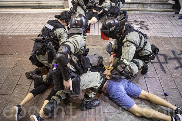 2019年11月2日,香港民間在維園舉行「112求援國際 堅守自治」大集會。圖為警察在銅鑼灣清場瘋狂拘捕抗爭者。(余鋼/大紀元)