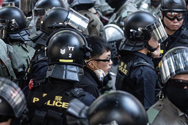 2019年11月2日,香港舉行「人權民主和你Sing」活動,警方逮捕一名青年。(PHILIP FONG/AFP via Getty Images)