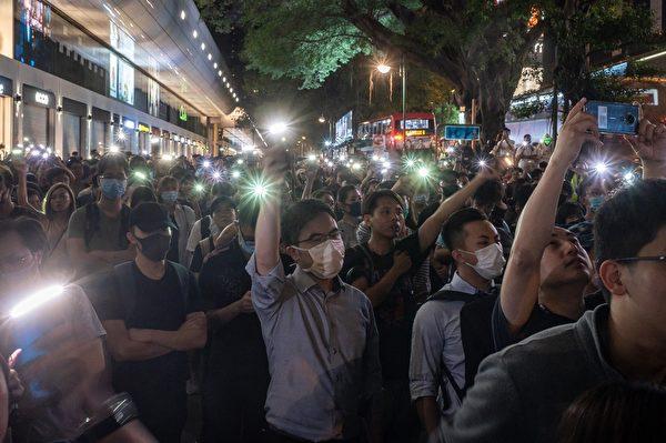 2019年11月2日,香港舉行「人權民主和你Sing」活動。民眾點亮手機。(PHILIP FONG/AFP via Getty Images)