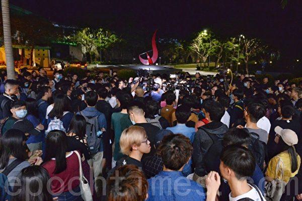 2019年11月4日,香港科大生為避催淚彈致失足危殆,學生會發起集會打氣。學生包圍校長促跟進。(宋碧龍/大紀元)