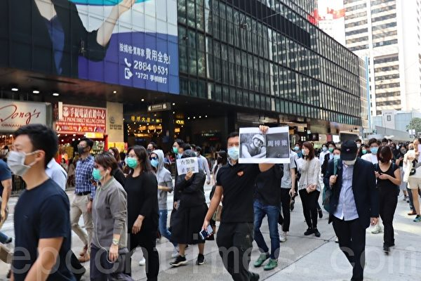 2019年11月8日,香港市民在中環遮打花園快閃集會遊行,悼念過世的科大學生周梓樂。(駱亞/大紀元)