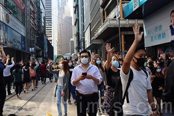 2019年11月8日,香港市民為早上去世的科大周同學在遮打花園中午快閃集會遊行。(駱亞/大紀元)