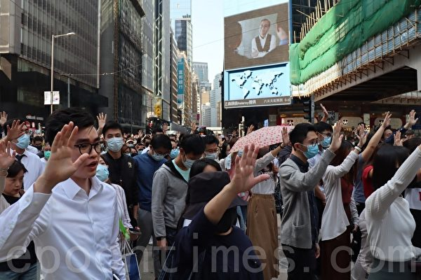 2019年11月8日,香港市民在中環遮打花園快閃集會遊行,悼念過世的科大學生周梓樂,並堅持「五大訴求,缺一不可」的訴求。(駱亞/大紀元)