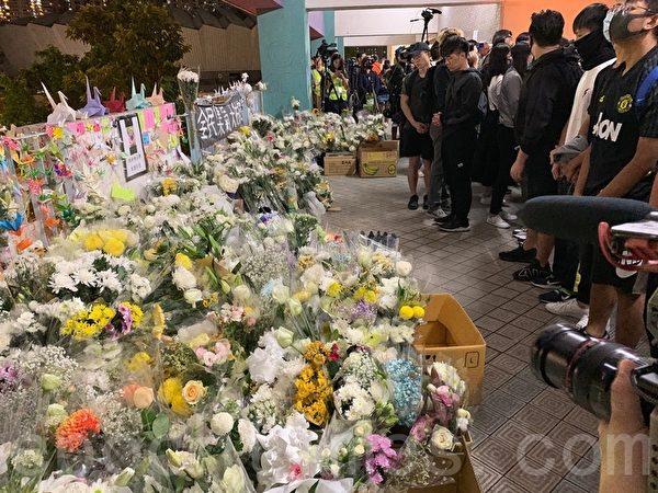 2019年11月8日,香港民眾在科大周梓樂墜落的尚德停車場二樓現場,以鮮花、紙鶴等表達悼念。(韓納/大紀元)