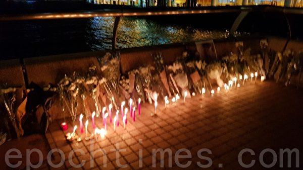 2019年11月8日晚,香港中環碼頭有幾百民眾獻花悼念周梓樂同學。(駱亞/大紀元)
