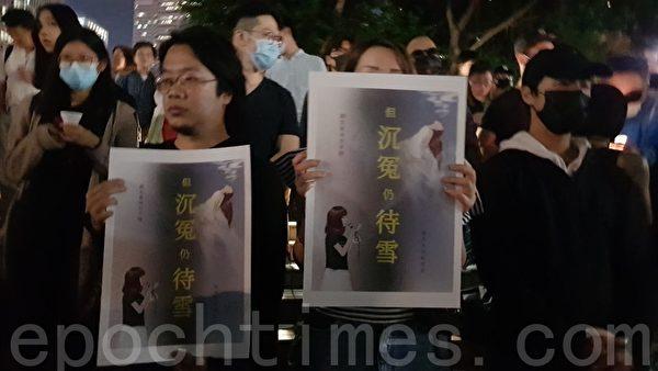 2019年11月8日晚,香港中環碼頭有幾百民眾到場悼念周梓樂同學。(駱亞/大紀元)