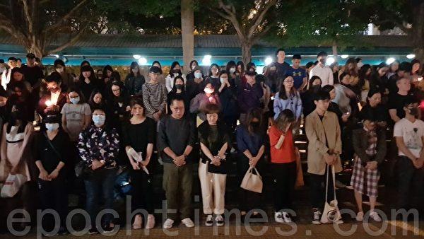 2019年11月8日晚,香港中環碼頭有幾百民眾集會悼念周梓樂同學。(駱亞/大紀元)