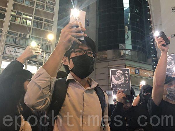 2019年11月8日晚,香港民眾在元朗大馬路。獻上鮮花點上燭光,悼念周梓樂同學。(余天祐/大紀元)