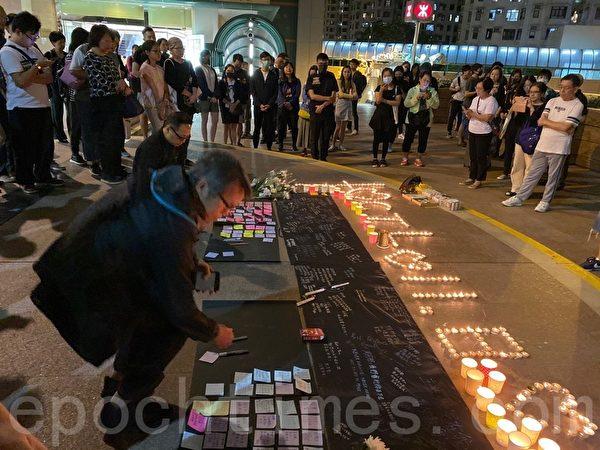 2019年11月8日晚,香港民眾在地鐵杏花村點上燭光,悼念周梓樂同學。(黃浩/大紀元)