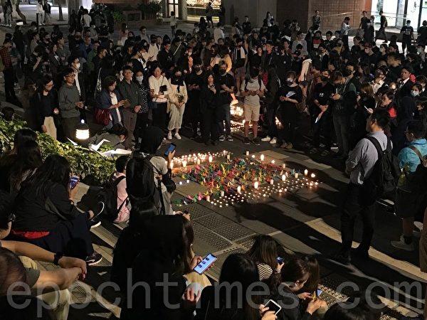 2019年11月8日晚,香港民眾在沙田新城市廣場外,以燭光鮮花悼念周梓樂同學。(梁珍/大紀元)