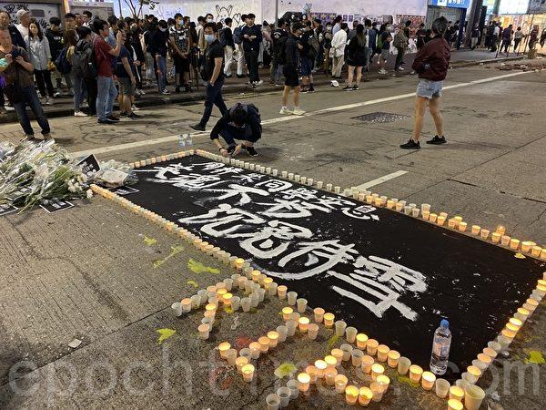 2019年11月8日晚,香港民眾在旺角彌敦道,點上燭光,悼念周梓樂同學。(文瀚林/大紀元)
